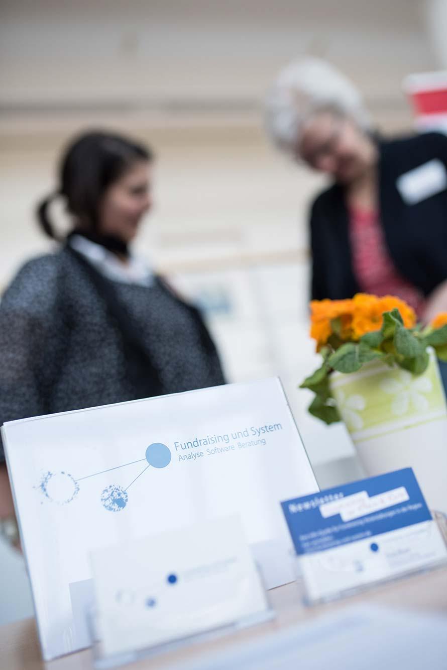 Fundraising und System - Doris Kunstdorff im Einsatz am Messestand